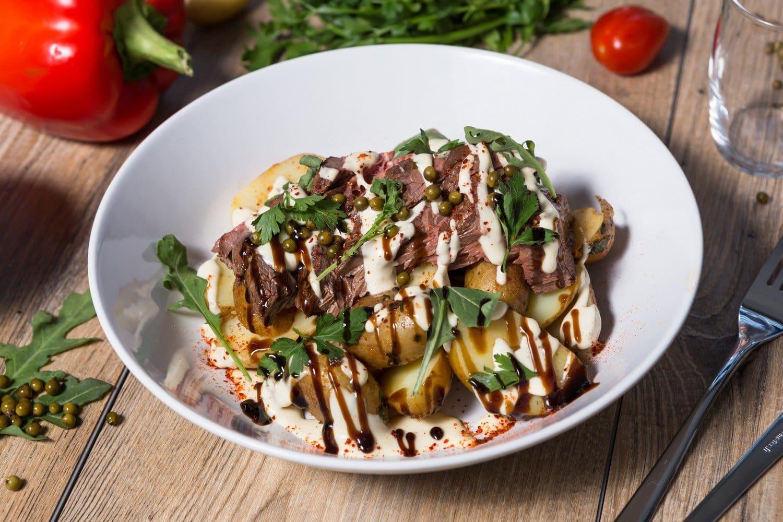 Bavette de bœuf accompagné de pommes de terre mitrailles