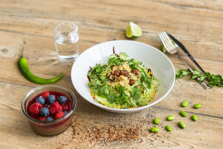 Salade de quinoa aux légumes verts, falafels au cumin & crème de curry